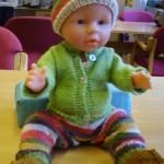 Strikkeoppskrifter baby klær – Strikke klær til baby born dukke – bukse og sokker