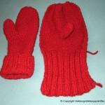 Strikking av et par votter i rød farge – strikket på to pinner