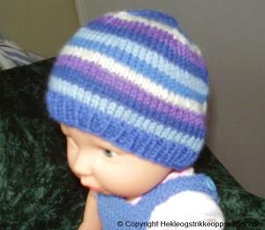 strikket dukkelue blå