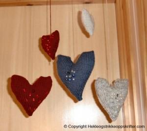 Strikkede julehjerter med perler – pynt til huset
