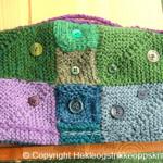 Tekanne hette, strikket i dominostrikk og pyntet med knapper