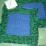 Strikkede grytekluter i grønt og blått